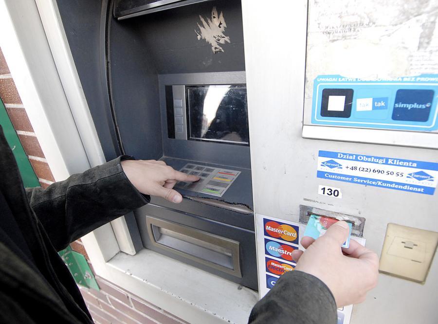 Zamieszanie z kartami Visa trwa, teraz banki zwracają na konta za dużo pieniędzy