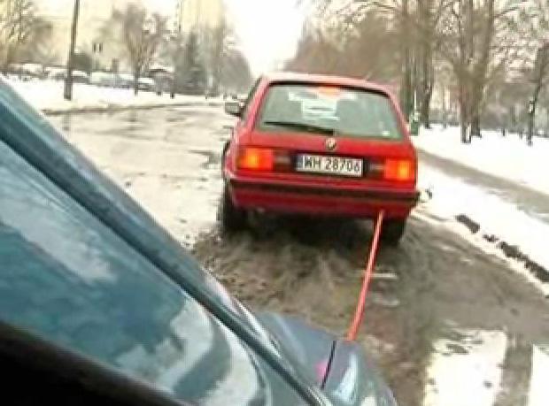 Jak bezpiecznie i zgodnie z przepisami holować auto