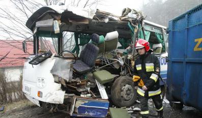 Kontener ze złomem zniszczył autobus na mazurskiej drodze