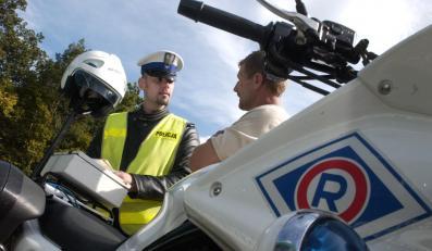 Policjanci nielegalnie nagrywają zatrzymanych  kierowców na dyktafon