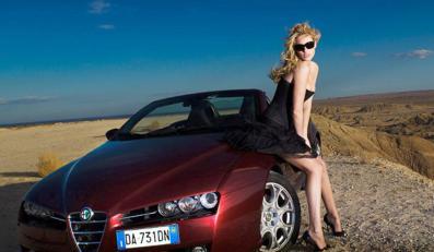 Piękna modelka i Alfa Romeo Spider