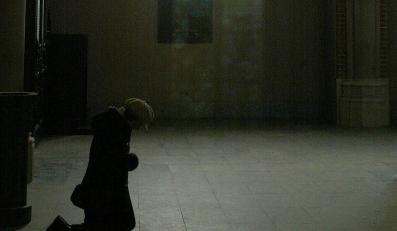 Włamywacz udawał, że się modli. Teraz trafi za kraty.