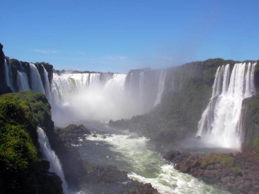 Groźna kipiel wodospadów Foz do Iguacu