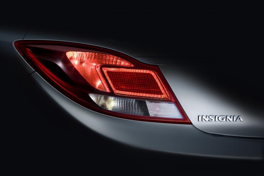 Opel insignia zadebiutuje od razu jako sedan i 5-drzwiowy hatchback - dokładnie 22 lipca 2008 roku podczas wystawy samochodowej w Londynie. Sprzedaż rozpocznie się w listopadzie.