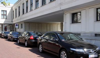 Sejmowe limuzyny wożą posłów niczym taksówki