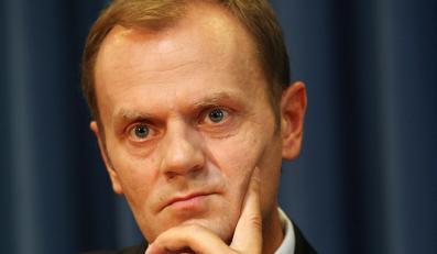 Tusk obrywa w mediach. Bardziej niż Kaczyński