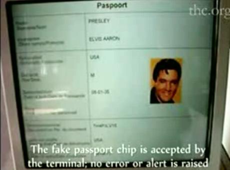 Elvis Presley przeszedł kontrolę na lotnisku