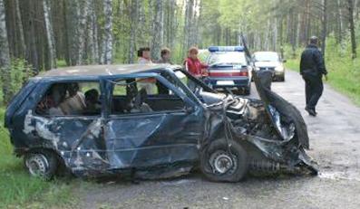 Pijany kierowca wjechał w drzewo. Dwoje dzieci rannych