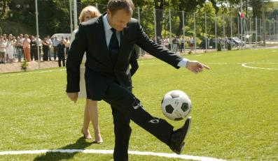 Donald Tusk zwiedził kompleks sportowy przy Gimnazjum nr 1 w Izdebkach koło Krosna