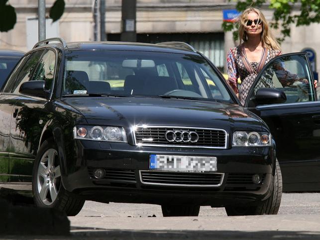 Magdalena Cielecka parkuje w niedozwolonym miejscu wielkim audi