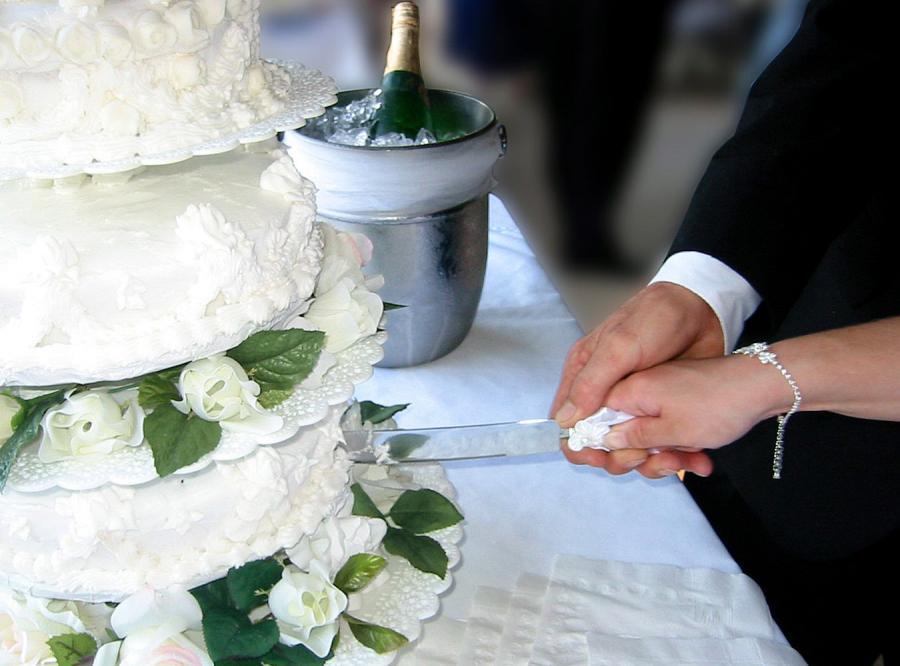 Na imprezy rozwodowe możemy zamówić ślubny tort z  przewróconą figurką byłego małżonka
