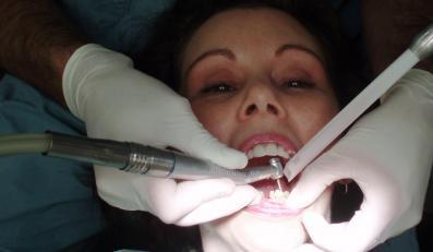 W Genui dentysta leczy zęby za seks
