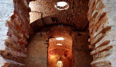 """""""Cysterna"""" - zaskakująca wystawa Abakanowicz w nietypowej przestrzeni warszawskiego CSW"""