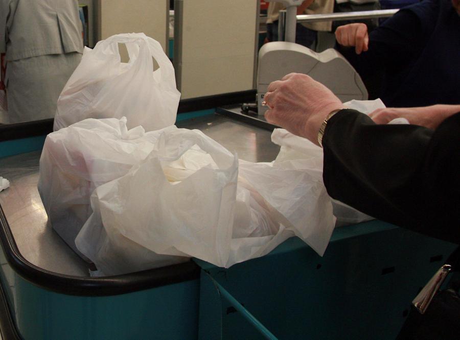 Nie będzie zakazu rozdawania foliówek w supermarketach