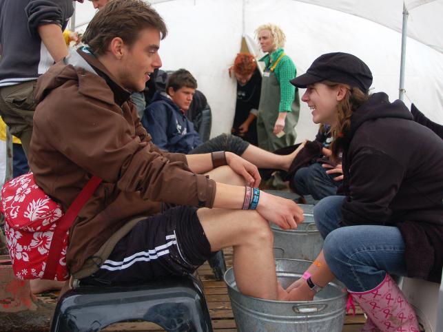 W Rosskilde wolontariusze w specjalnych namiotach myli uczestnikom nogi