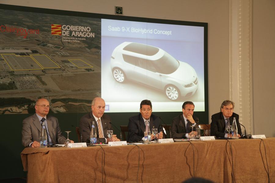 Od lewej siedzą - Romuald Rytwiński, dyrektor generalny GM Hiszpania; Carl-Peter Forster, prezes General Motors Europe, Arturo Aliaga minister przemysłu; Henri Proglio szef Veolia Environment; David Hardee, szef Clairvoyant Energy
