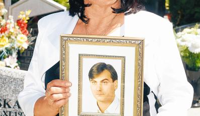 Zofia Cisowski z portretem zabitego syna