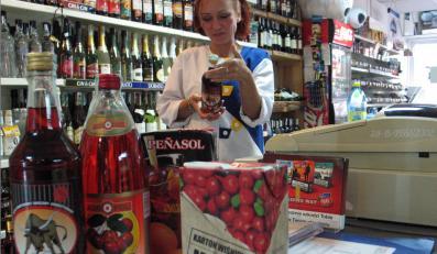 Sklep monopolowy to pewny interes. Polacy piją dużo, a będą pić jeszcze więcej.